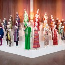 Манекены на подиуме демонстрируют коллекцию одежды