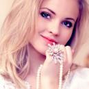 Молодая милая девушка держит в руке украшения