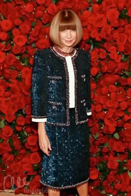 Анна Винтур в синем костюме Chanel