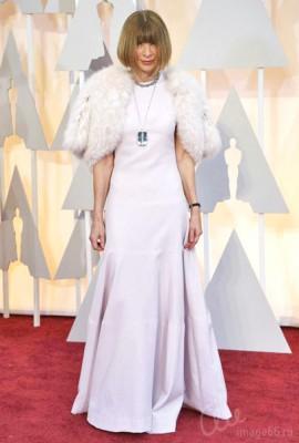 Анна Винтур в платье с меховой накидкой