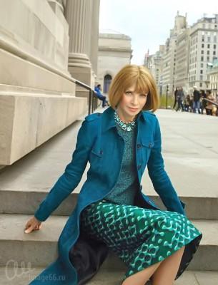 Анна Винтур в синем пальто и зеленой юбке