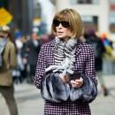 Анна Винтур в пальто с мехом