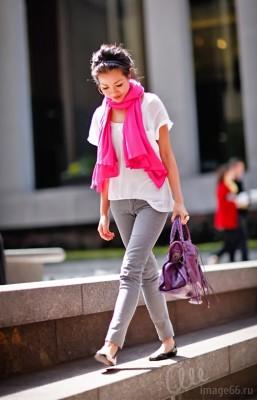 Девушка с розовым платком гуляет в балетках
