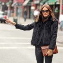 Девушка в черной куртке с мехом