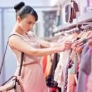 Девушка подбирает стильный гардероб