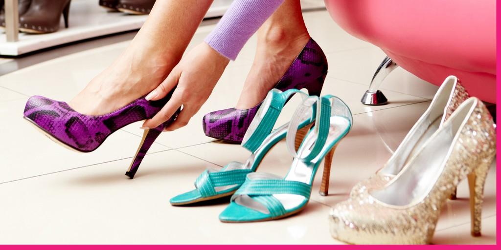 Примерка ярких туфлей и босоножек