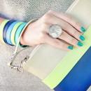 Яркий полосатый клатч в руке