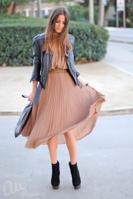 Девушка в кожаной куртке и шифоновом платье