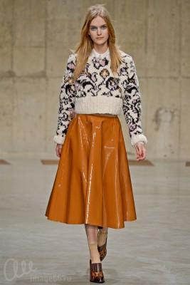 Модель в длинной кожаной юбке и свитере