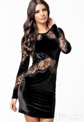 Модель в черном платье, сочетающем разные фактуры