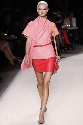 Модель в костюме розовых оттенков
