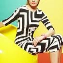 Девушка в платье со зрительной иллюзией
