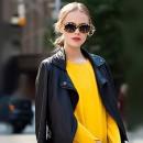 Девушка в желтом платье и кожаной куртке