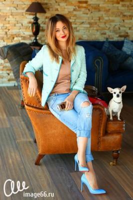 Девушка в рваных джинсах и классических лодочках