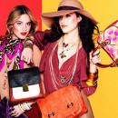Девушки с сумками и украшениями