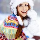 Девушка в белой меховой шапке и варежках