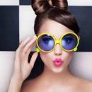 Девушка в очках с ярко-желтой оправой и ярко розовыми губами