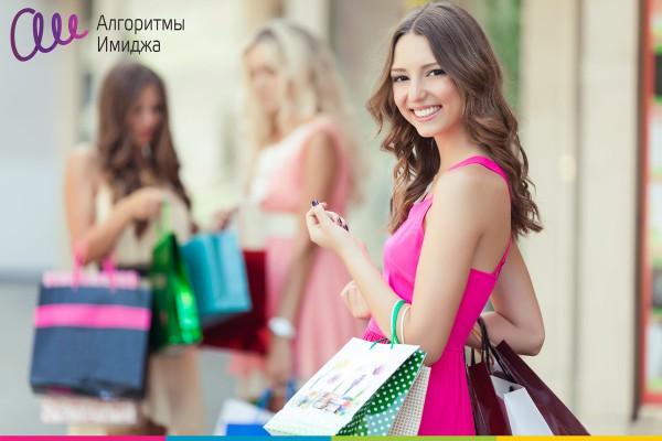 Девушка в ярко розовом платье на шопинге