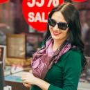 Стилист-имиджмейкер примеряет очки