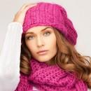 Девушка в розовой яркой вязаной шапке
