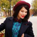 Девушка на прогулке в фетровой шляпке и с бабочкой цвета марсала