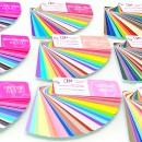 Цветовые палитры всех цветотипов изготовленные в учебном центре Алгоритмы имиджа лежат на столе
