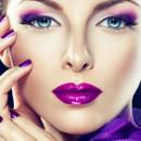 Девушка с ярким макияжем в фиолетовых тонах