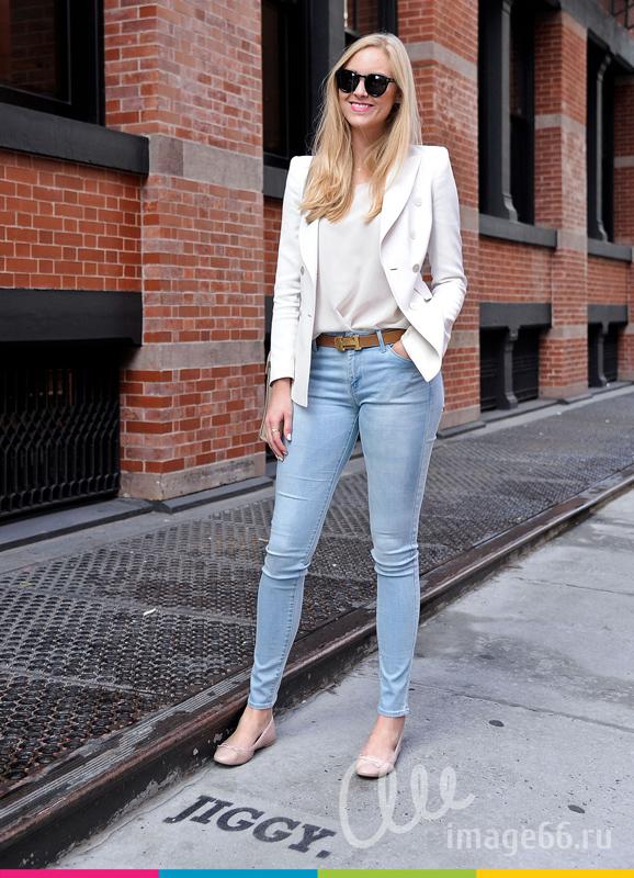 Девушка на прогулке в джинсах и белом жакете