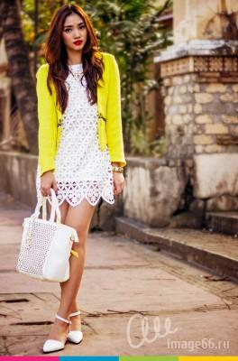 Девушка на прогулке в белом платье с перфорацией и в желтом жакете
