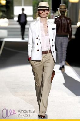 Модель демонстрирует светлое сочетание пиджака, рубашки и брюк