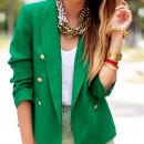 Девушка в зеленом пиджаке с золотыми аксессуарами