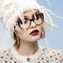 Ярко накрашенная девушка в необычной зимней шапке белого цвета