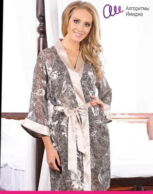Девушка в шелковом халате с мелким монохромным принтом