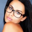 Девушка брюнетка в очках с черной оправой