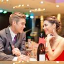 Красивая пара сидит за столиком в ресторание