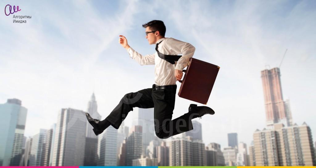 Молодой бизнесмен с портфелем летит по небу