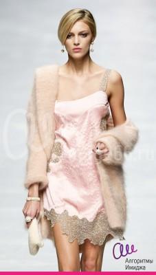 Модель демонстрирует платье в бельевом стиле, сочетающее бежевое кружево и легкий перламутровый материал
