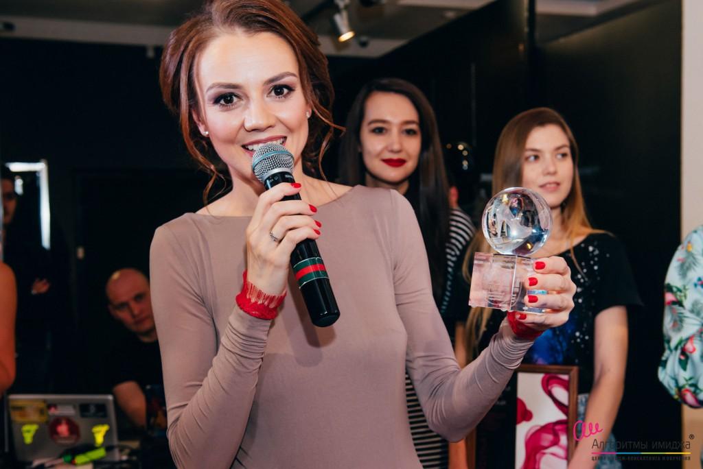 Полина Шкаленкова вручает приз победителю Битвы Стилистов