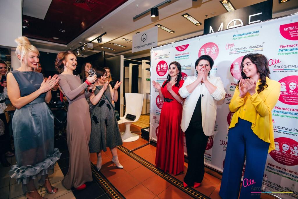 Ведущие стилисты Екатеринбурга награждают победителя Битвы Стилистов