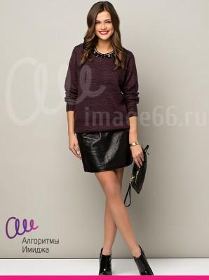 Девушка позирует в черной кожаной юбке и черном джемпере