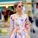 Цветочный принт на платье гуляющей по яркому городу девушке