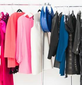 Яркий гардероб висит на вешалке