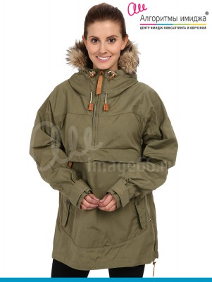 Девушка в куртке-анорак цвета заки