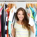 Девушка стоит на фоне гардеробной