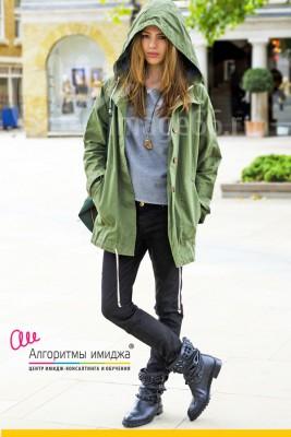 Девушка одета в стиле casual