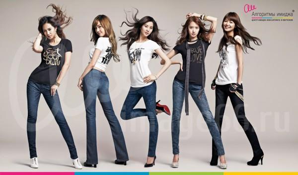 Девушки модели позируют в джинсах различных фасонов в сочетании с черно-белыми футболками