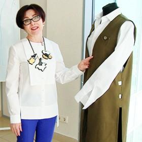 Светлана Михайловна держит удлиненный жилет