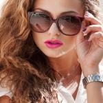 Девушка в солнцезащитных очках с ярко розовыми губами