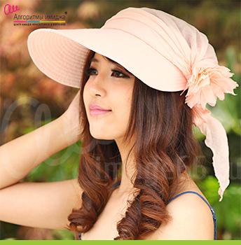 Девушка японка в романтичной кремовой кепке с декоративным цветком