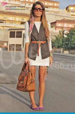 Стильная девушка в жакете с коричневым ремнем